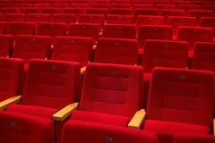 Κόκκινα και κενά καθίσματα θεάτρων σε μια σειρά Στοκ εικόνες με δικαίωμα ελεύθερης χρήσης