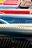 Κόκκινα και μπλε κλασικά αυτοκίνητα Στοκ φωτογραφία με δικαίωμα ελεύθερης χρήσης