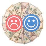 Κόκκινα και μπλε πρόσωπα χαμόγελου στο καλειδοσκόπιο mandala από τα χρήματα στοκ εικόνες με δικαίωμα ελεύθερης χρήσης