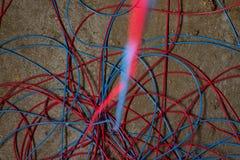 Κόκκινα και μπλε καλώδια Στοκ Εικόνες