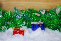 Κόκκινα και μπλε κιβώτια δώρων για τη Παραμονή Χριστουγέννων στο χιόνι Στοκ φωτογραφία με δικαίωμα ελεύθερης χρήσης