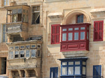 Κόκκινα και μπλε μπαλκόνια Valletta Στοκ Φωτογραφία