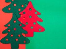 κόκκινα και πράσινα αισθητά δέντρα πεύκων Στοκ εικόνες με δικαίωμα ελεύθερης χρήσης
