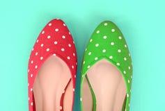 Κόκκινα και πράσινα επίπεδα παπούτσια σημείων Πόλκα (εκλεκτής ποιότητας ύφος) Στοκ εικόνες με δικαίωμα ελεύθερης χρήσης