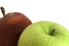 Κόκκινα και πράσινα μήλα με τον πυροβολισμό κινηματογραφήσεων σε πρώτο πλάνο πτώσεων νερού στοκ φωτογραφίες με δικαίωμα ελεύθερης χρήσης
