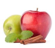 Κόκκινα και πράσινα μήλα, ραβδιά κανέλας και ζωή φύλλων μεντών ακόμα Στοκ Φωτογραφία