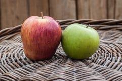 Κόκκινα και πράσινα μήλα Στοκ Εικόνες