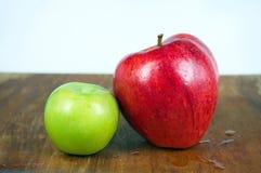Κόκκινα και πράσινα μήλα στοκ εικόνα
