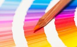 Κόκκινα και ρόδινα χρωματισμένα μολύβια και διάγραμμα χρώματος Στοκ φωτογραφία με δικαίωμα ελεύθερης χρήσης