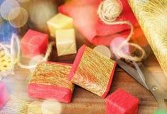 Κόκκινα και χρυσά κιβώτια δώρων και έγγραφο τεχνών για το ξύλο Στοκ Εικόνες