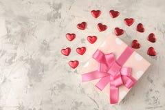 κόκκινα καρδιές και δώρο σε ένα ελαφρύ συγκεκριμένο υπόβαθρο βαλεντίνος ημέρας s Τοπ άποψη με το διάστημα για το κείμενο στοκ εικόνα με δικαίωμα ελεύθερης χρήσης