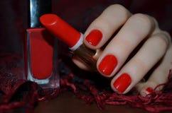 Κόκκινα καρφιά και κόκκινο κραγιόν στοκ φωτογραφία με δικαίωμα ελεύθερης χρήσης