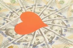 Κόκκινα καρδιά εγγράφου και υπόβαθρο λογαριασμών εκατό δολαρίων Στοκ Εικόνες