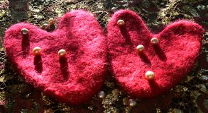 Κόκκινα καρδιές και μαργαριτάρια στον καμβά δαντελλών Στοκ φωτογραφία με δικαίωμα ελεύθερης χρήσης