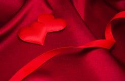 Κόκκινα καρδιές και μετάξι Στοκ φωτογραφίες με δικαίωμα ελεύθερης χρήσης