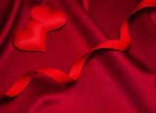 Κόκκινα καρδιές και μετάξι Στοκ Φωτογραφία