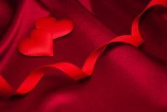 Κόκκινα καρδιές και μετάξι Στοκ εικόνα με δικαίωμα ελεύθερης χρήσης