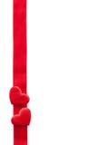 Κόκκινα καρδιές και υπόβαθρο πλαισίων κορδελλών για τους βαλεντίνους που απομονώνονται Στοκ Φωτογραφία
