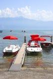 Κόκκινα καταμαράν στο λιμάνι κόλπων λιμνών της Γενεύης στη Λωζάνη, Switzerlan Στοκ εικόνες με δικαίωμα ελεύθερης χρήσης
