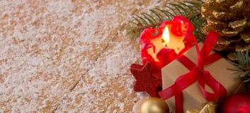 Κόκκινα κερί εμφάνισης και δώρο Χριστουγέννων Στοκ φωτογραφίες με δικαίωμα ελεύθερης χρήσης