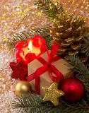 Κόκκινα κερί εμφάνισης και δώρο Χριστουγέννων Στοκ εικόνες με δικαίωμα ελεύθερης χρήσης