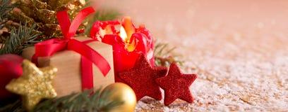 Κόκκινα κερί εμφάνισης και δώρο Χριστουγέννων Στοκ εικόνα με δικαίωμα ελεύθερης χρήσης
