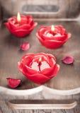Κόκκινα κεριά για aromatherapy σε έναν ξύλινο δίσκο Στοκ φωτογραφία με δικαίωμα ελεύθερης χρήσης