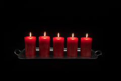 Κόκκινα κεριά σε ένα κάψιμο σειρών Στοκ Εικόνες