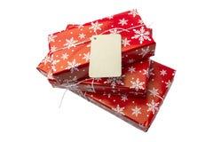 Κόκκινα κιβώτια δώρων με την κενή κάρτα για το κείμενό σας σε ένα άσπρο υπόβαθρο Στοκ εικόνα με δικαίωμα ελεύθερης χρήσης