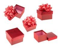 Κόκκινα κιβώτια δώρων που απομονώνονται πέρα από το άσπρο υπόβαθρο Στοκ Εικόνες
