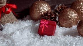 Κόκκινα κιβώτια δώρων στη διακόσμηση Χριστουγέννων χιονιού, σκηνή Χριστουγέννων Στοκ Εικόνες
