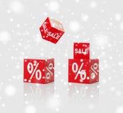 Κόκκινα κιβώτια με το σημάδι πώλησης και τοις εκατό πέρα από το χιόνι Στοκ εικόνες με δικαίωμα ελεύθερης χρήσης