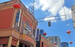 Κόκκινα κινεζικά φανάρια πέρα από το κεντρικό δρόμο Chinatown, χαμηλός πυροβολισμός γωνίας Στοκ Φωτογραφία