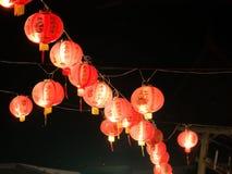 Κόκκινα κινεζικά φανάρια που κρεμούν στην κορυφή Στοκ Εικόνες