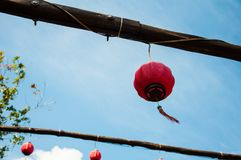 Κόκκινα κινεζικά φανάρια στο υπόβαθρο μπλε ουρανού Στοκ Φωτογραφία