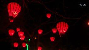Κόκκινα κινεζικά φανάρια LIT στο σκοτεινό νυχτερινό ουρανό απόθεμα βίντεο