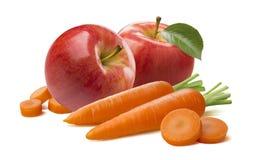 Κόκκινα κομμάτια μήλων καρότων στο άσπρο υπόβαθρο Στοκ εικόνες με δικαίωμα ελεύθερης χρήσης