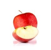 Κόκκινα κομμάτια περικοπών της Apple στο άσπρο υπόβαθρο Στοκ εικόνες με δικαίωμα ελεύθερης χρήσης