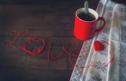Κόκκινα κουβάρια στη μορφή της καρδιάς και του φλυτζανιού στοκ εικόνα