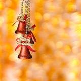 Κόκκινα κουδούνια Χριστουγέννων στην κίτρινη ανασκόπηση Στοκ Εικόνες