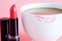 Κόκκινα κραγιόν και φλιτζάνι του καφέ Στοκ Φωτογραφία