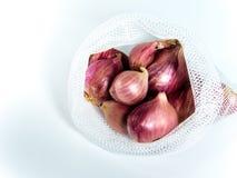 Κόκκινα κρεμμύδια στην τσάντα που απομονώνεται στο άσπρο υπόβαθρο Στοκ Φωτογραφίες