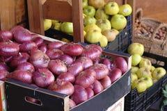 Κόκκινα κρεμμύδια και μήλα σε μια ισπανική αγορά Στοκ Εικόνες