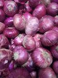 Κόκκινα κρεμμύδια στην αφθονία Στοκ φωτογραφία με δικαίωμα ελεύθερης χρήσης