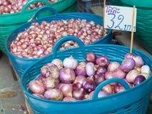 Κόκκινα κρεμμύδια στο καλάθι Στοκ Φωτογραφίες