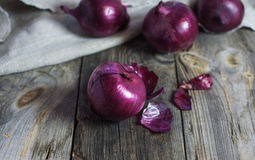 Κόκκινα κρεμμύδια στο φλοιό Στοκ Εικόνες