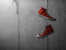 Κόκκινα κρεμώντας πάνινα παπούτσια Στοκ Φωτογραφία