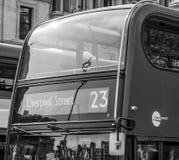 Κόκκινα λεωφορεία στο Λονδίνο - κλείστε αυξημένος - ΛΟΝΔΙΝΟ - ΜΕΓΑΛΗ ΒΡΕΤΑΝΊΑ - 19 Σεπτεμβρίου 2016 Στοκ Εικόνα
