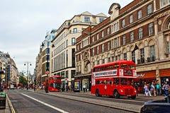 Κόκκινα λεωφορείο στο σκέλος Λονδίνο Αγγλία Ηνωμένο Βασίλειο Στοκ Εικόνες