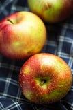 Κόκκινα μήλα στο μπλε κλωστοϋφαντουργικό προϊόν Στοκ εικόνα με δικαίωμα ελεύθερης χρήσης